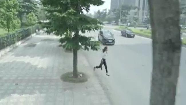 Hoa hồng trên ngực trái: Xót xa cảnh Khuê ôm con rời nhà Thái còn suýt bị ô tô đâm sau ly hôn-3