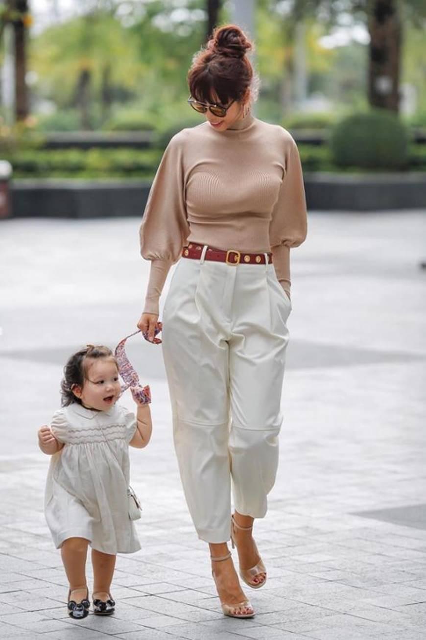 Dạo phố cùng mẹ siêu mẫu, con gái Hà Anh gây thương nhớ với vẻ ngoài đáng yêu-1