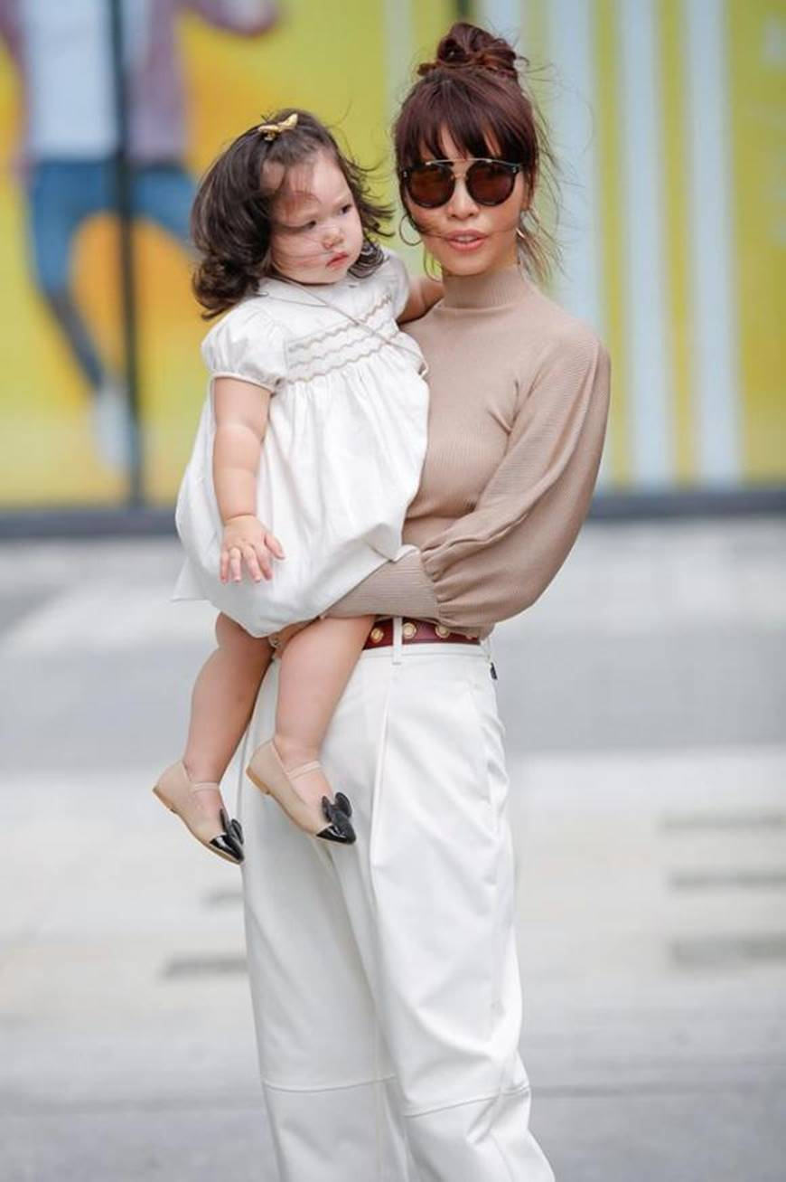 Dạo phố cùng mẹ siêu mẫu, con gái Hà Anh gây thương nhớ với vẻ ngoài đáng yêu-2