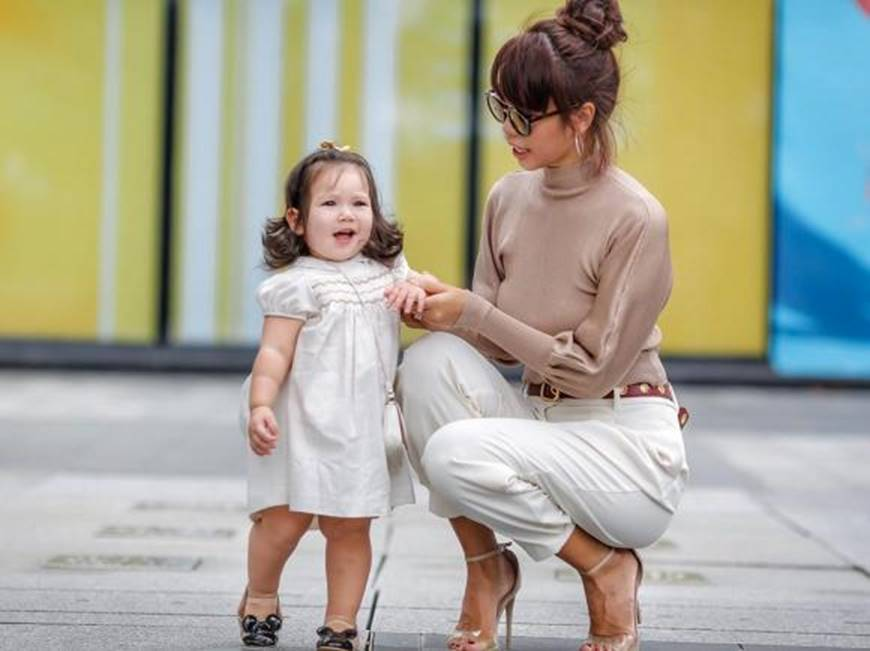 Dạo phố cùng mẹ siêu mẫu, con gái Hà Anh gây thương nhớ với vẻ ngoài đáng yêu-3