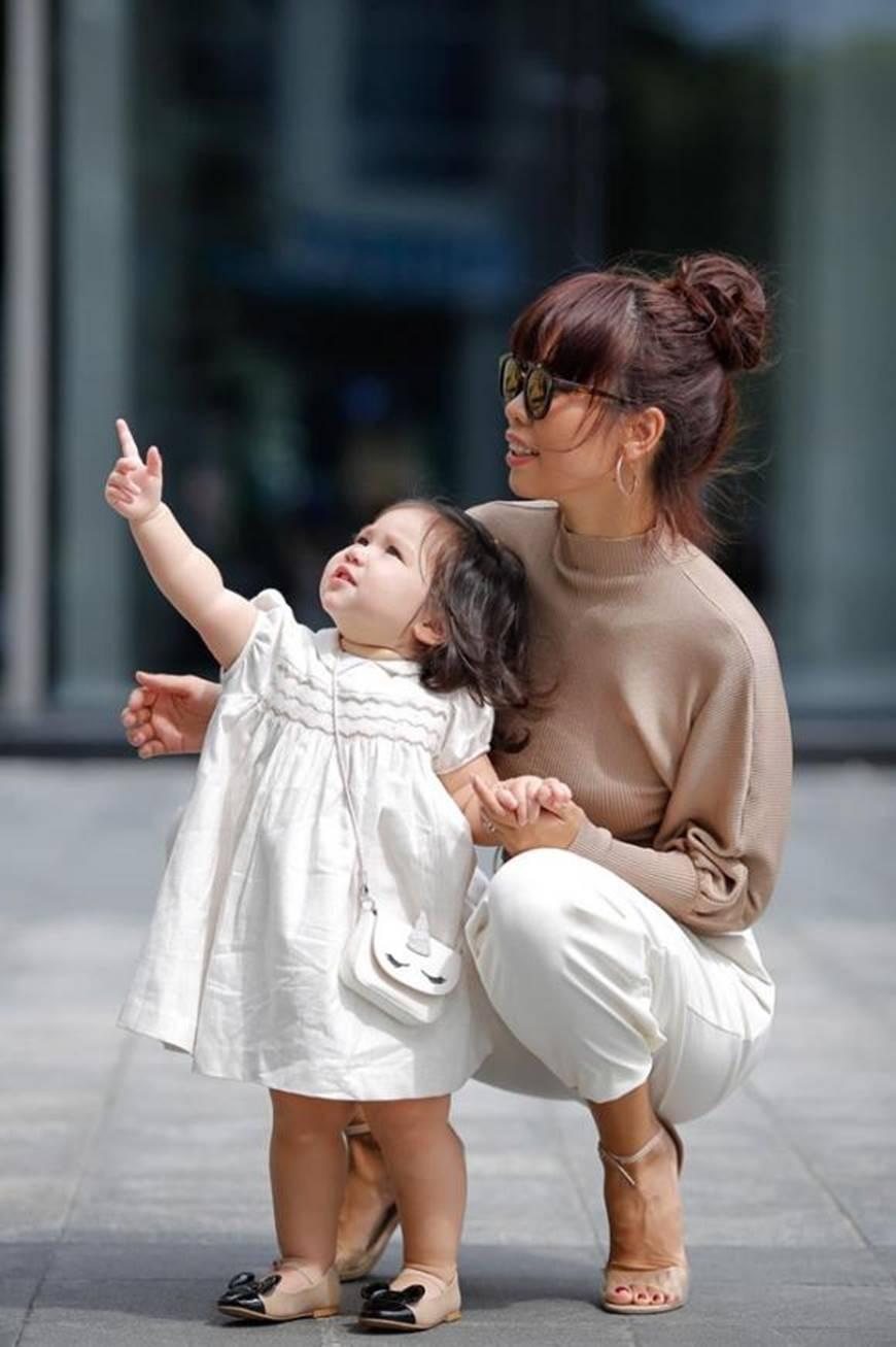 Dạo phố cùng mẹ siêu mẫu, con gái Hà Anh gây thương nhớ với vẻ ngoài đáng yêu-4