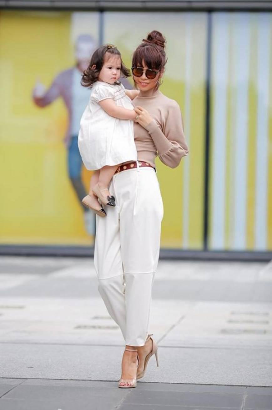 Dạo phố cùng mẹ siêu mẫu, con gái Hà Anh gây thương nhớ với vẻ ngoài đáng yêu-5