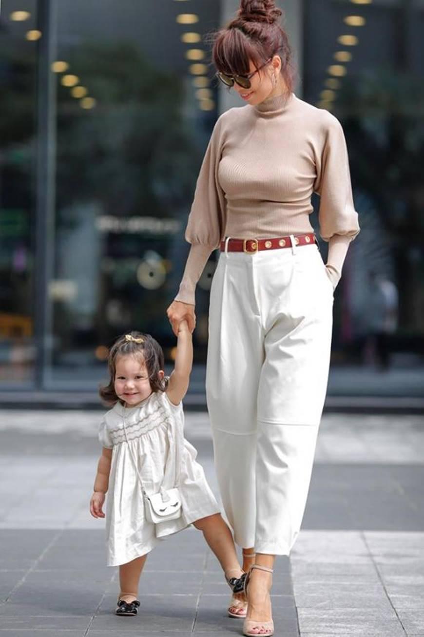 Dạo phố cùng mẹ siêu mẫu, con gái Hà Anh gây thương nhớ với vẻ ngoài đáng yêu-6