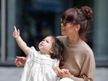 Dạo phố cùng mẹ siêu mẫu, con gái Hà Anh gây thương nhớ với vẻ ngoài đáng yêu
