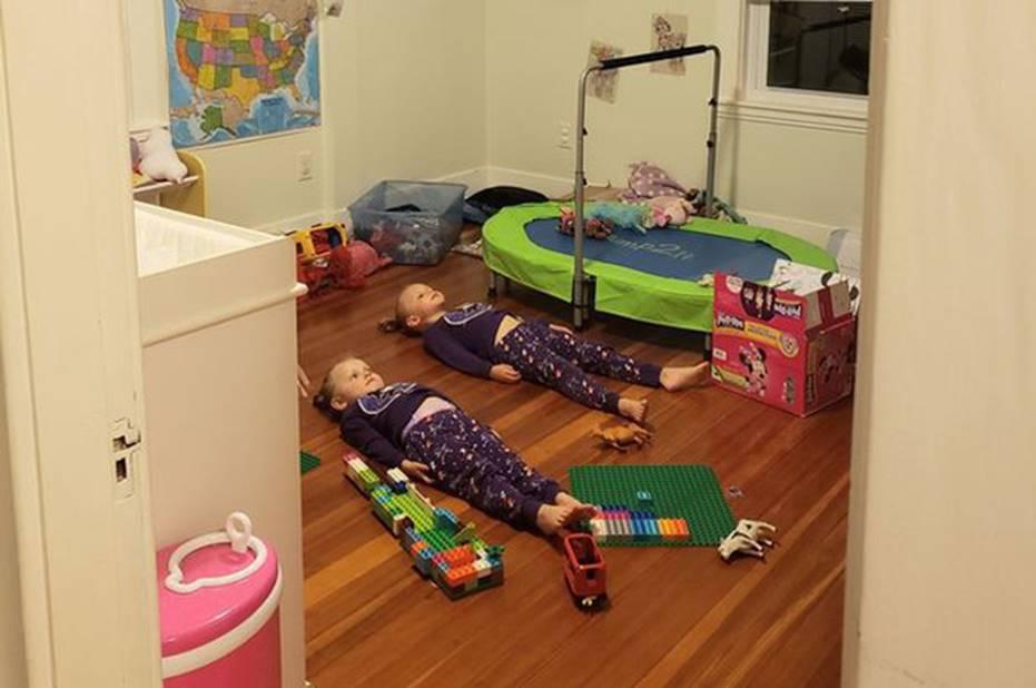 Quá mệt với hai đứa con tăng động quậy phá suốt ngày, người mẹ làm cách này khiến lũ trẻ nằm im, ai cũng nể phục-1