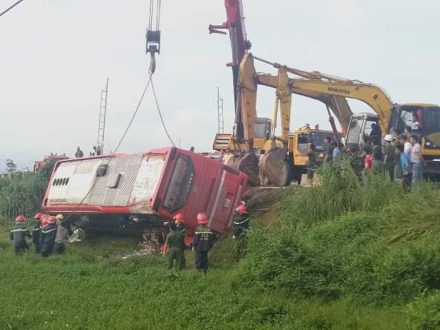 Xe khách lật xuống ruộng trong đêm, 1 người chết, 4 người bị thương-2