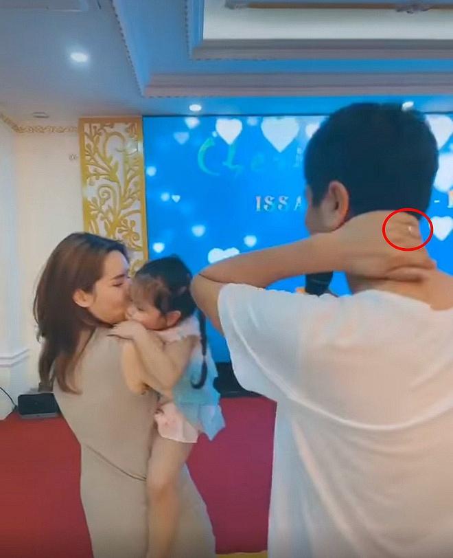 Hồ Hoài Anh lần đầu lộ diện cùng Lưu Hương Giang và con gái sau ồn ào ly hôn, đồ vật đặc biệt trên tay gây chú ý-1