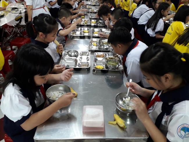 Hàng chục phụ huynh hoảng hốt đưa con đi cấp cứu vì nôn ói sau bữa ăn tại trường-1