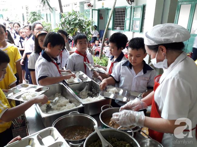 Hàng chục phụ huynh hoảng hốt đưa con đi cấp cứu vì nôn ói sau bữa ăn tại trường-2