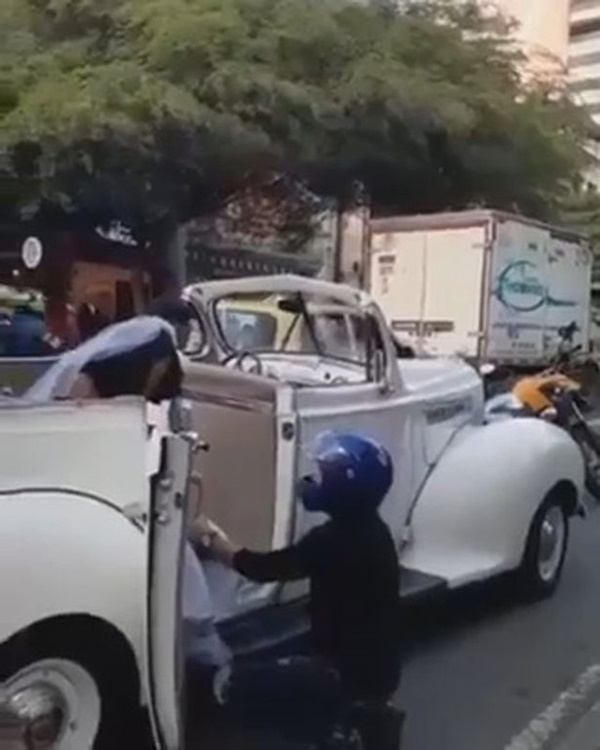 Đang trên đường tới đám cưới, cô dâu bị người yêu cũ chặn xe cưỡng hôn, khuyên dừng cưới-1