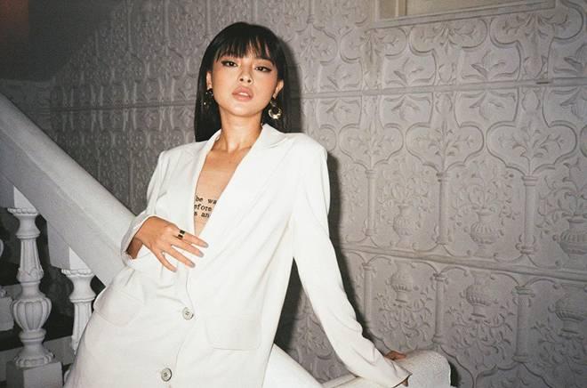 Không cần ngồn ngộn hở hang, mỹ nhân ngực lép của showbiz Việt vẫn quyến rũ với phong cách riêng-7