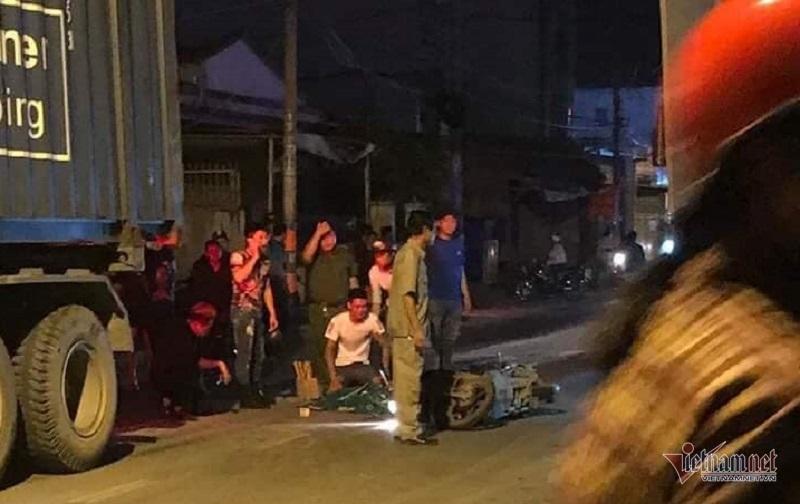 Cô gái lồm cồm bò dậy cạnh nam thanh niên bị xe container cán chết-1