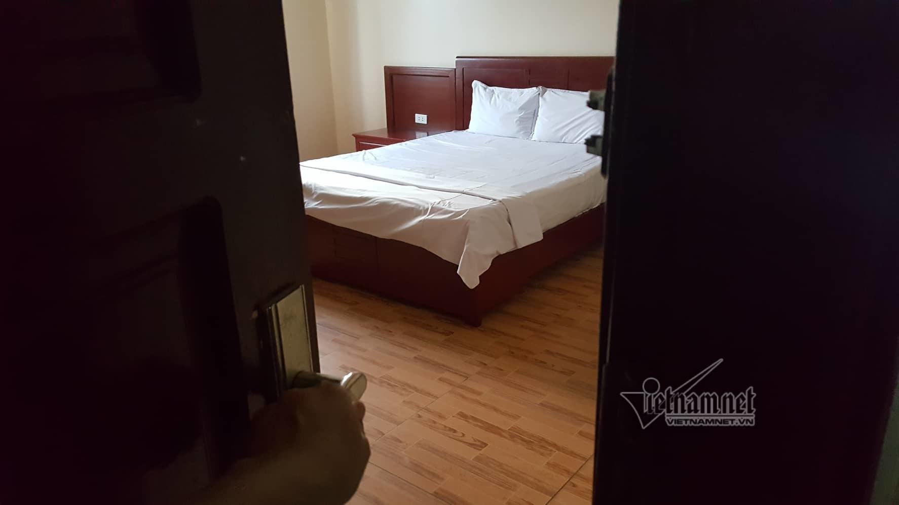 Ôm ấp lễ tân trẻ trong phòng ngủ, ông chủ khách sạn nhận cơn mưa đòn-1
