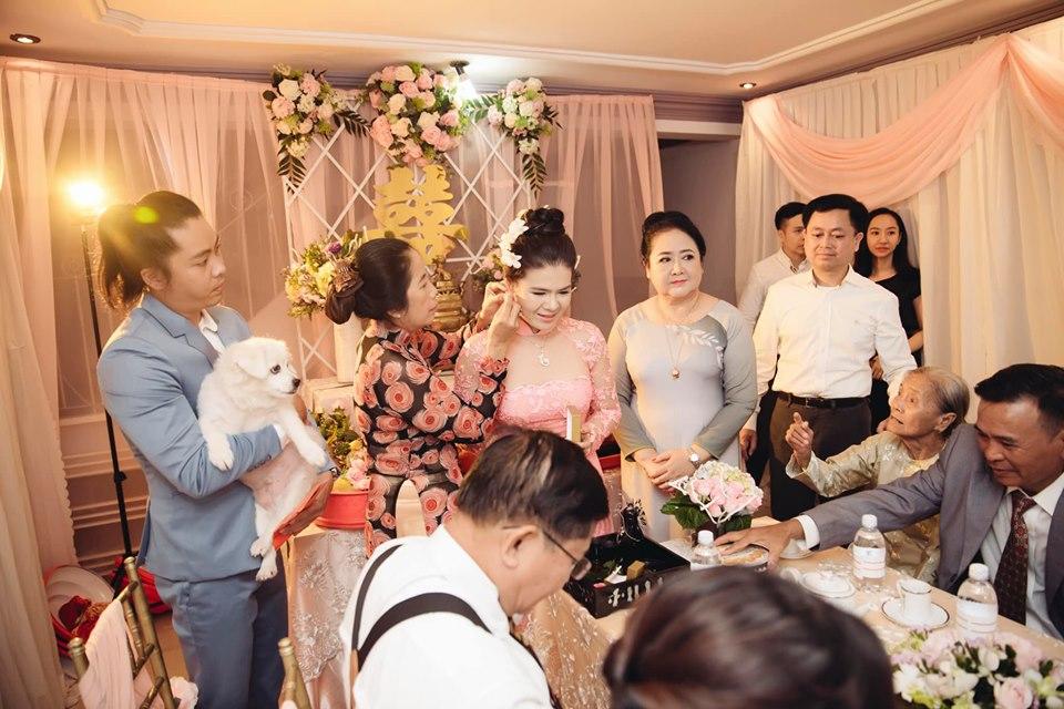 Bức ảnh hài hước nhất ngày: Giữa lễ cưới chú rể phải bồng bế thú cưng để mẹ đẻ đeo trang sức cho vợ-1