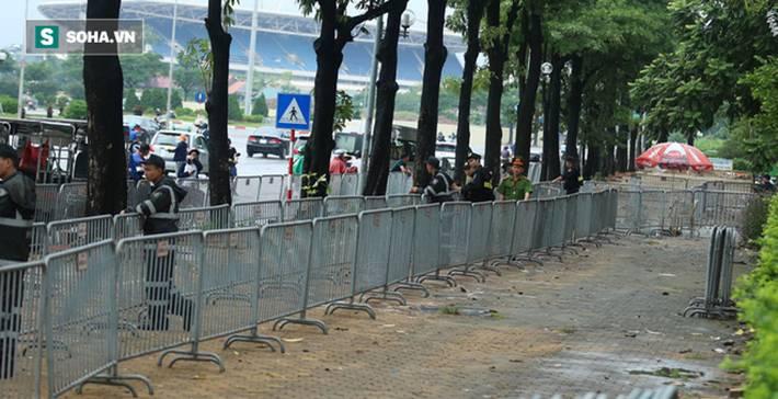 Tự xưng thương binh, nhóm người gây lộn đánh nhau, trèo cổng đòi mua vé trận VN - Malaysia-1