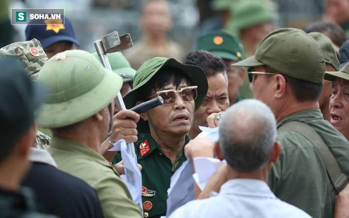 Tự xưng thương binh, nhóm người gây lộn đánh nhau, trèo cổng đòi mua vé trận VN - Malaysia-4