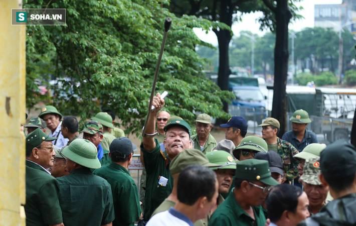 Tự xưng thương binh, nhóm người gây lộn đánh nhau, trèo cổng đòi mua vé trận VN - Malaysia-5