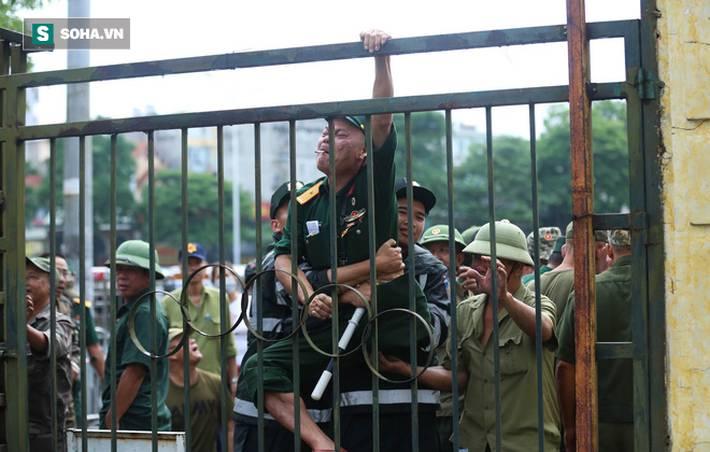 Tự xưng thương binh, nhóm người gây lộn đánh nhau, trèo cổng đòi mua vé trận VN - Malaysia-6