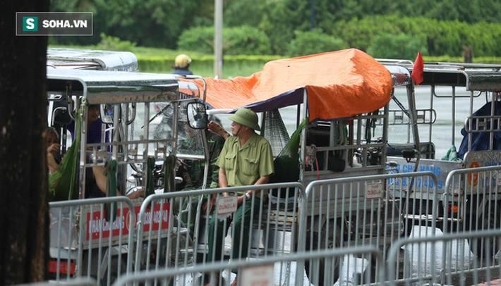 Tự xưng thương binh, nhóm người gây lộn đánh nhau, trèo cổng đòi mua vé trận VN - Malaysia-7