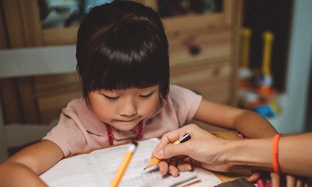 """Con gái khóc ròng vì bị cô giáo mắng chỉ làm được 4 điểm văn, ông bố hỏi một câu khiến cô giáo cứng họng"""" không nói thành lời-1"""