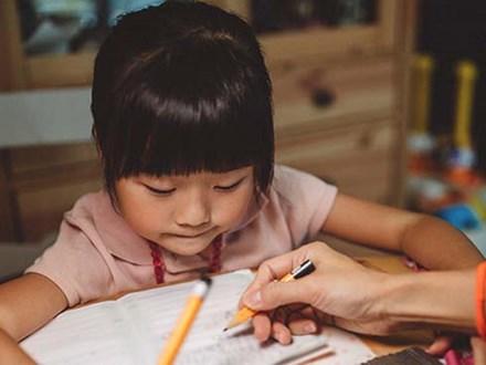 """Con gái khóc ròng vì bị cô giáo mắng chỉ làm được 4 điểm văn, ông bố hỏi một câu khiến cô giáo """"cứng họng"""" không nói thành lời"""