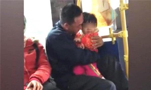 Ngồi cạnh hai bố con trên xe buýt, bà lão nghe đứa trẻ nói lên 3 từ này liền kinh hãi nhận ra sự thật đằng sau-1