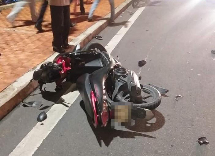 2 xe máy tông nhau trên cầu Rồng, thanh niên 22 tuổi chết thảm, 2 mẹ con trọng thương-1