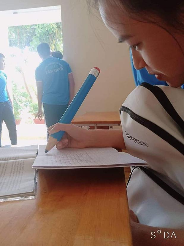 Nữ sinh quyết định mua hẳn ngòi bút siêu to khổng lồ, vừa dùng được cả năm lại tránh được lũ hay mượn đồ-1