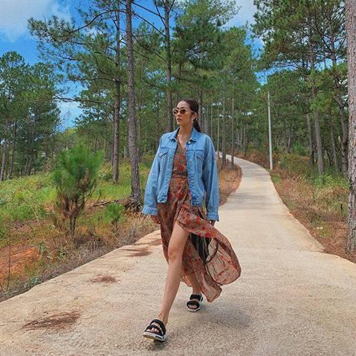 Mặc skinny jeans bị chê gầy nhom, Tăng Thanh Hà đổi ngay quần xẻ tà liền quyến rũ hơn hẳn-1