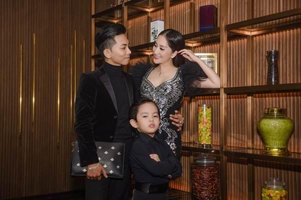 Khánh Thi khoe vòng 1 nóng bỏng, sánh vai ông xã Phan Hiển đi xem thời trang-2