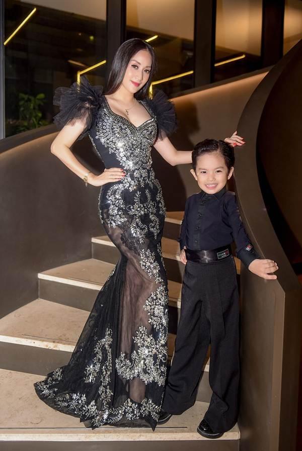 Khánh Thi khoe vòng 1 nóng bỏng, sánh vai ông xã Phan Hiển đi xem thời trang-3