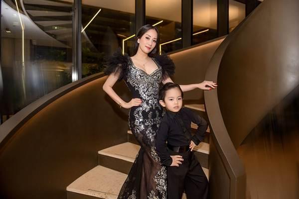 Khánh Thi khoe vòng 1 nóng bỏng, sánh vai ông xã Phan Hiển đi xem thời trang-4
