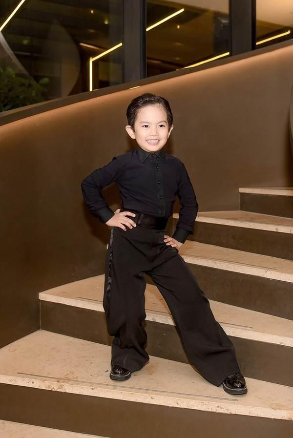 Khánh Thi khoe vòng 1 nóng bỏng, sánh vai ông xã Phan Hiển đi xem thời trang-6