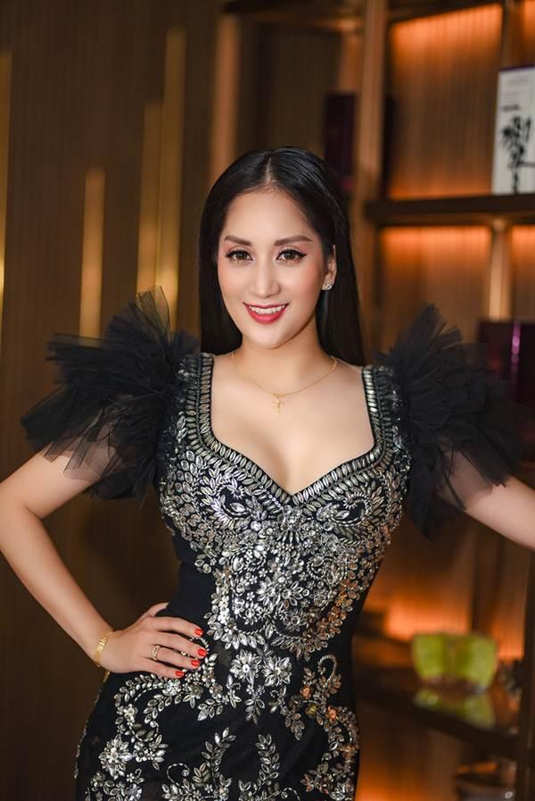 Khánh Thi khoe vòng 1 nóng bỏng, sánh vai ông xã Phan Hiển đi xem thời trang-7