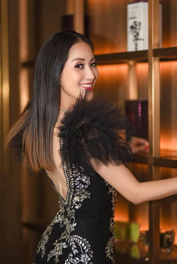 Khánh Thi khoe vòng 1 nóng bỏng, sánh vai ông xã Phan Hiển đi xem thời trang-8