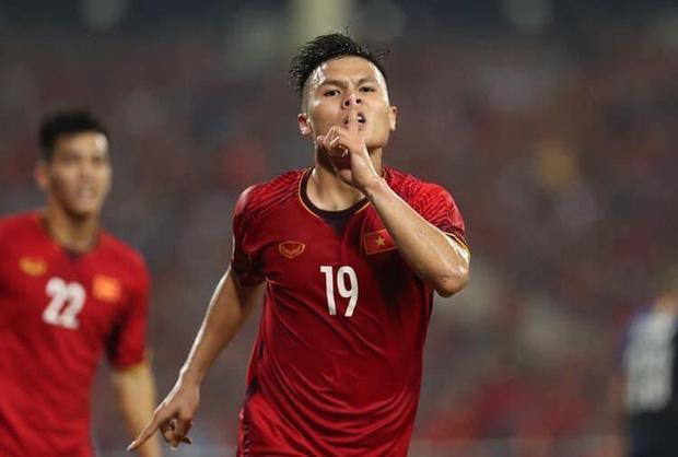 Đông Nhi - Ông Cao Thắng, Bảo Anh cùng dàn sao Vbiz vỡ oà trước siêu phẩm ngả người volley mở màn tỷ số 1-0 của Quang Hải-1