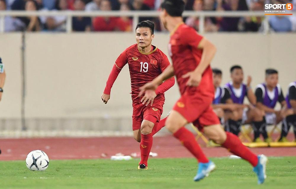 Chiêm ngưỡng siêu phẩm ngả bàn đèn khó tin của Quang Hải trong trận đấu Việt Nam vs Malaysia-11