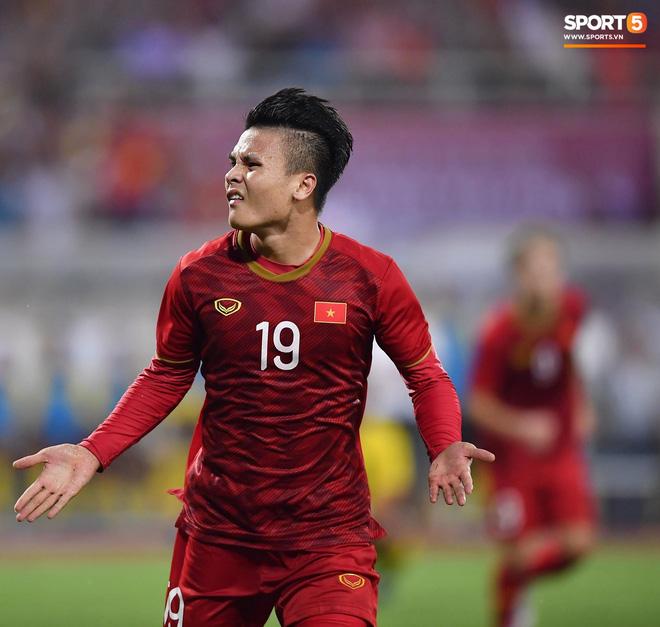 Chiêm ngưỡng siêu phẩm ngả bàn đèn khó tin của Quang Hải trong trận đấu Việt Nam vs Malaysia-4