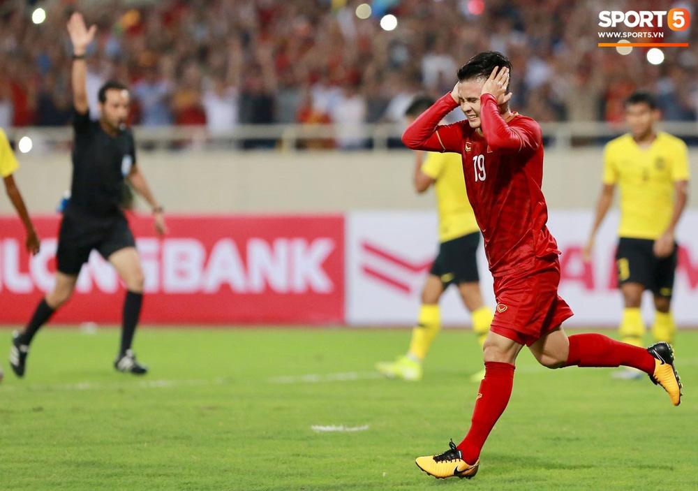 Chiêm ngưỡng siêu phẩm ngả bàn đèn khó tin của Quang Hải trong trận đấu Việt Nam vs Malaysia-10
