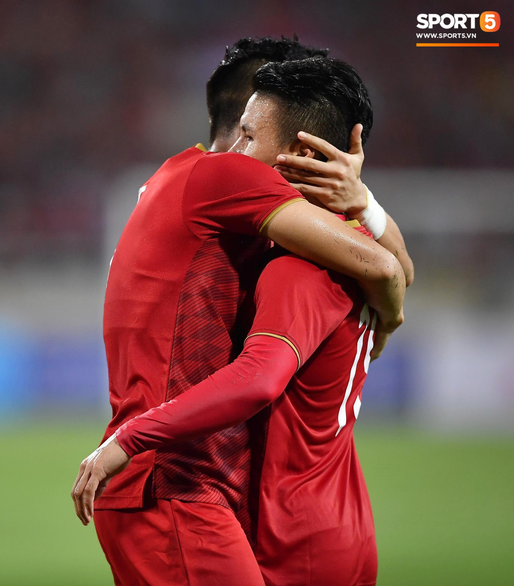 Chiêm ngưỡng siêu phẩm ngả bàn đèn khó tin của Quang Hải trong trận đấu Việt Nam vs Malaysia-8