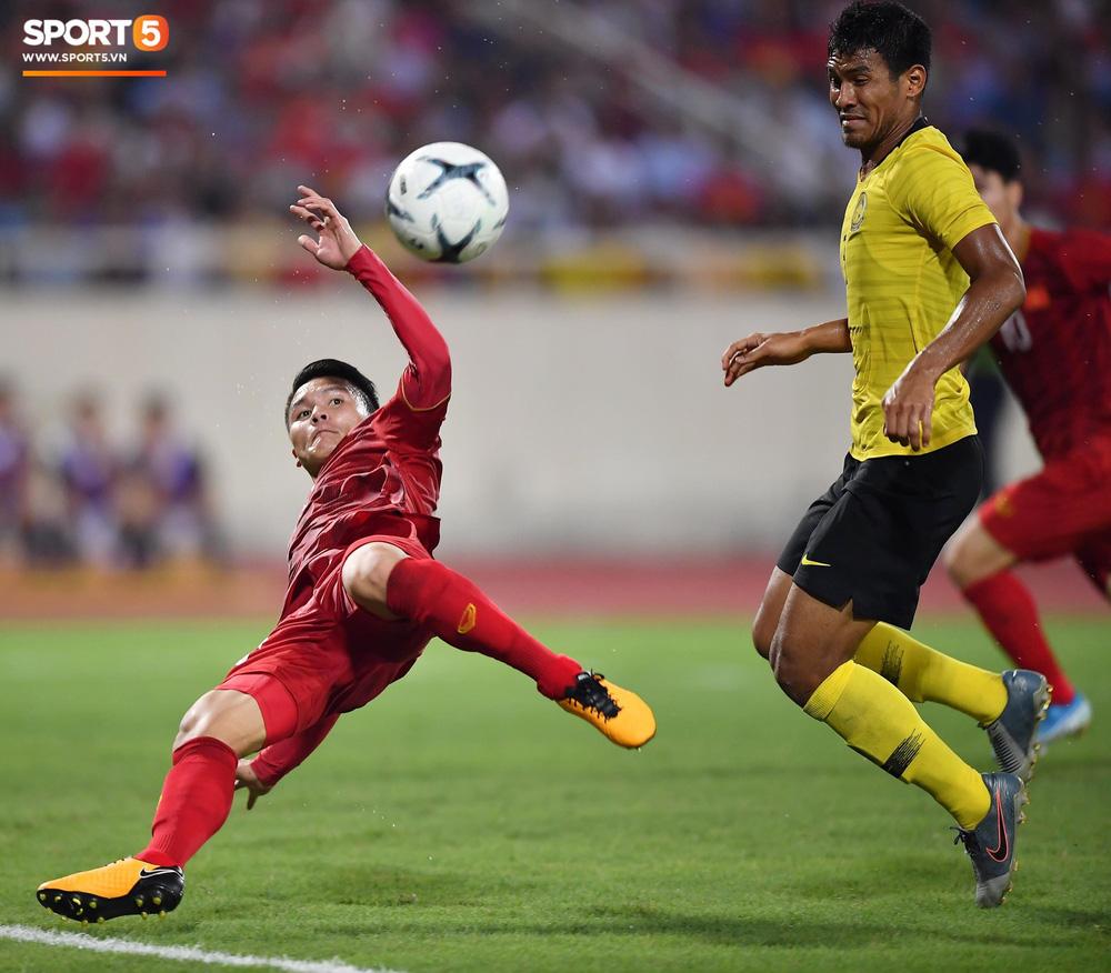 Chiêm ngưỡng siêu phẩm ngả bàn đèn khó tin của Quang Hải trong trận đấu Việt Nam vs Malaysia-2