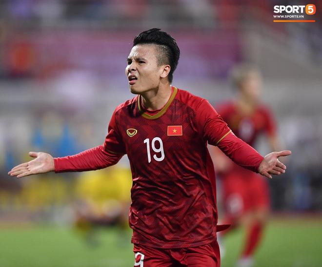 Chiêm ngưỡng siêu phẩm ngả bàn đèn khó tin của Quang Hải trong trận đấu Việt Nam vs Malaysia-5