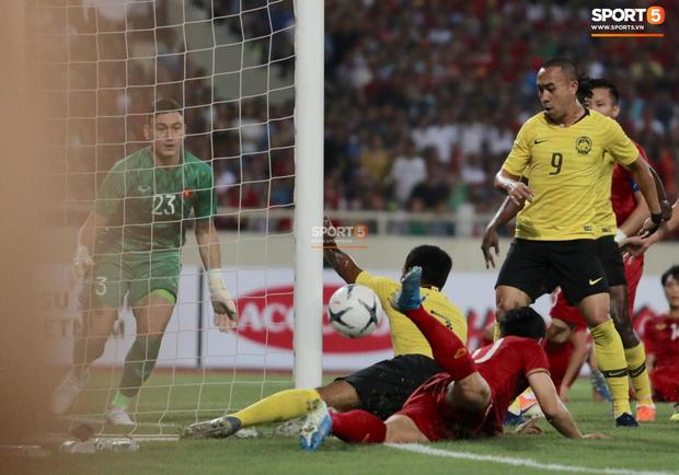 Trung vệ Malaysia thể hiện màn trình diễn buồn như tên của mình mở đường cho Quang Hải ghi siêu phẩm-1