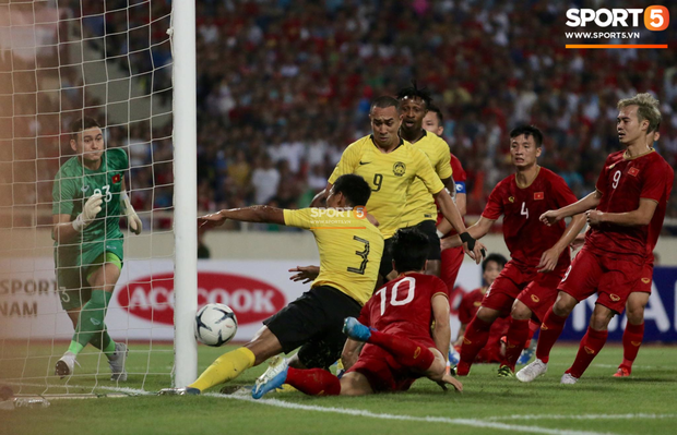 Trung vệ Malaysia thể hiện màn trình diễn buồn như tên của mình mở đường cho Quang Hải ghi siêu phẩm-2