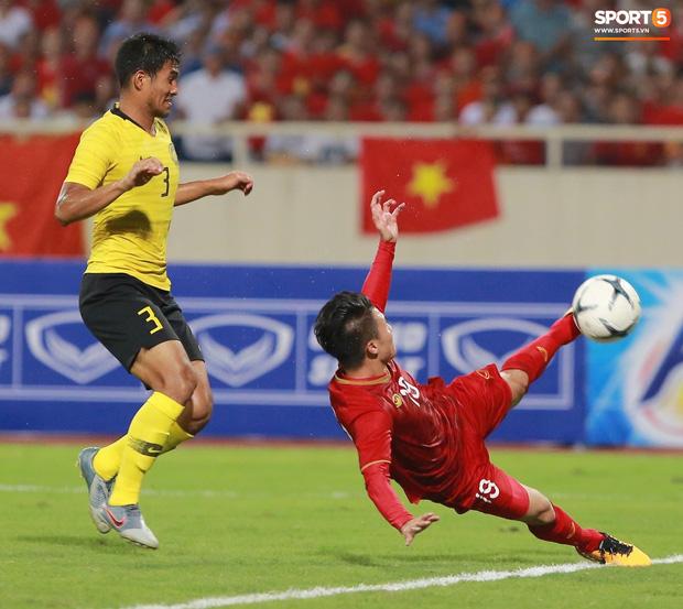 Trung vệ Malaysia thể hiện màn trình diễn buồn như tên của mình mở đường cho Quang Hải ghi siêu phẩm-3
