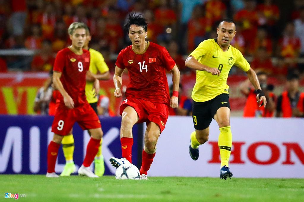Tuấn Anh nén đau khi cả đội mừng Quang Hải ghi bàn-1