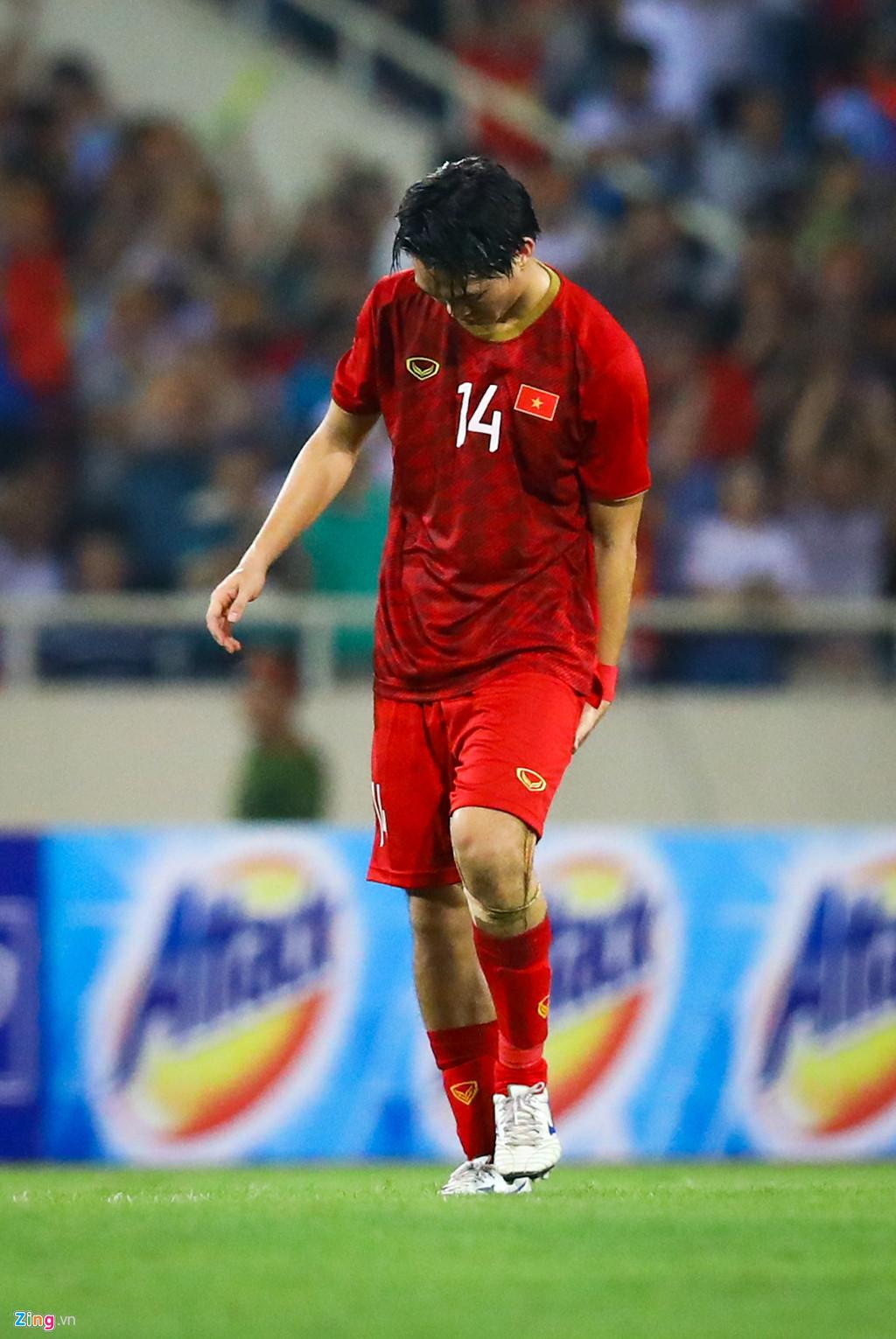 Tuấn Anh nén đau khi cả đội mừng Quang Hải ghi bàn-5