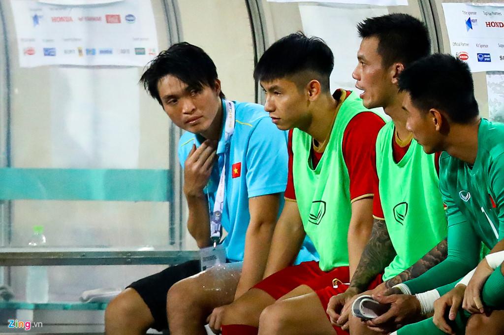 Tuấn Anh nén đau khi cả đội mừng Quang Hải ghi bàn-8