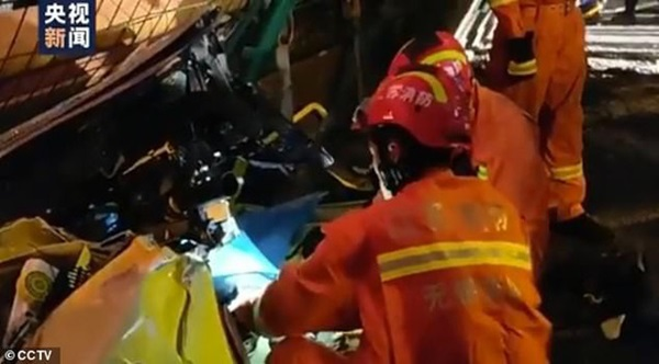 Khoảnh khắc cầu vượt cao tốc ở Trung Quốc sập trong tíc tắc, nghiền nát 3 xe ô tô-3