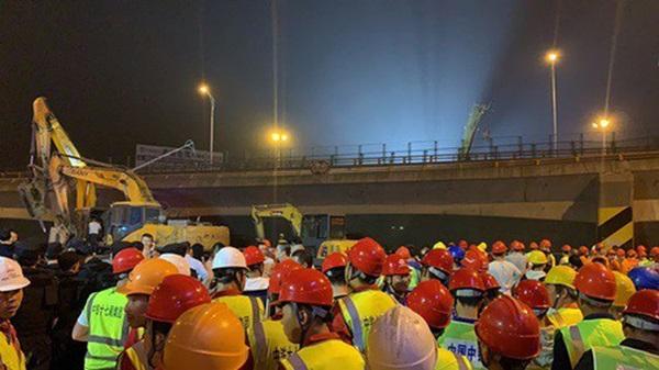 Khoảnh khắc cầu vượt cao tốc ở Trung Quốc sập trong tíc tắc, nghiền nát 3 xe ô tô-4